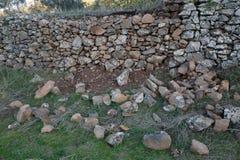 Artisan de travail Murs en pierre de construction Image libre de droits