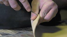 Artisan en cuir de marchandises au travail dans son atelier clips vidéos