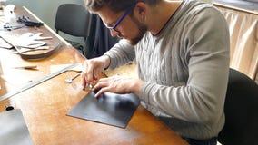 Artisan en cuir travaillant avec le cuir naturel Concept fait main Concept de la petite entreprise pour cr?er les produits en cui banque de vidéos