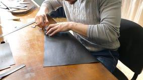 Artisan en cuir travaillant avec le cuir naturel Concept fait main Concept de la petite entreprise pour cr?er les produits en cui clips vidéos