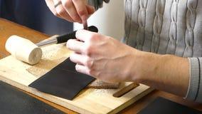 Artisan en cuir travaillant avec le cuir naturel utilisant le marteau Concept fait main Concept de la petite entreprise pour crée clips vidéos