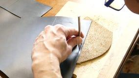 Artisan en cuir travaillant avec le cuir naturel utilisant le marteau Concept fait main Concept de la petite entreprise pour cr?e banque de vidéos