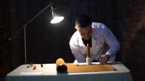 Artisan en cuir travaillant faisant des produits à la table dans le studio d'atelier clips vidéos