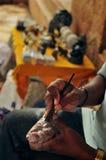 Artisan faisant les découpages en pierre Photographie stock libre de droits