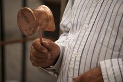 Artisan hollding une bouilloire de tonnelier à disposition Photos stock
