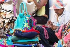 Artisan knittiing par les sacs de laine de mains à Carthagène Photos stock