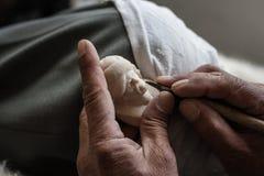Artisan local découpant une pierre de sépiolite avec un scalpel Images stock