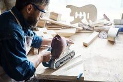Artisan mûr Making Wooden Furniture image libre de droits