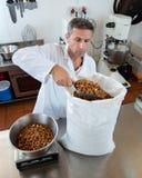Artisan masculin français pesant les amandes fraîches pour la spécialité douce de nougat Image libre de droits