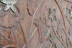 Artisan qualifié ajoutant la peau de feuille d'or au découpage du bois Photographie stock