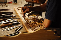 Artisan qualifié faisant le bois découpant suivre la méthode traditionnelle Photo stock