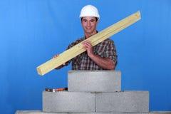 Artisan retenant les panneaux en bois photographie stock