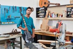 Artisan tenant la guitare électrique Image libre de droits
