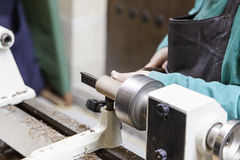 Artisan travaillant avec du bois Images libres de droits