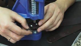 Artisan travaillant avec un morceau de cuir banque de vidéos