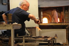 Artisan at work making glass sculpture Royalty Free Stock Photos