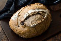 Artisanaal Bakkerij Geheel Brood met Okkernoot en Krenten en rozijnen royalty-vrije stock foto's