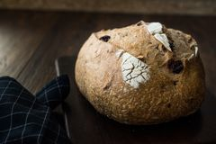 Artisanaal Bakkerij Geheel Brood met Okkernoot en Krenten en rozijnen stock foto's