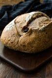 Artisanaal Bakkerij Geheel Brood met Okkernoot en Krenten en rozijnen royalty-vrije stock afbeeldingen