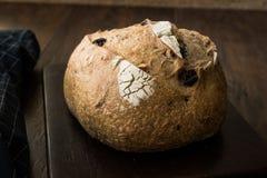Artisanaal Bakkerij Geheel Brood met Okkernoot en Krenten en rozijnen royalty-vrije stock fotografie