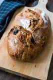 Artisanaal Bakkerijbrood met Droge Tomaten en Zwarte Olive Ready om te eten stock foto's