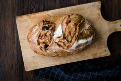 Artisanaal Bakkerijbrood met Droge Tomaten en Zwarte Olive Ready om te eten royalty-vrije stock afbeeldingen