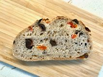 Artisanaal Bakkerijbrood met Droge Tomaten en Zwarte Olive Ready om te eten stock fotografie