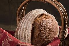 Artisanaal Brood in een Mand 2 royalty-vrije stock foto's