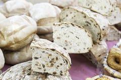 Artisanaal brood in een markt stock afbeeldingen