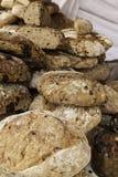 Artisanaal brood in een oude markt stock afbeelding