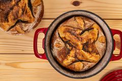 Artisanaal Brood en Rode Bakselpan stock foto
