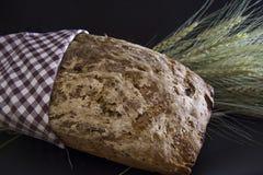 Artisanaal brood met oren van tarwe Royalty-vrije Stock Foto