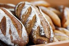 Artisanaal brood op de houten plank in de bakkerij royalty-vrije stock foto