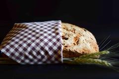 Artisanaal brood op een zwarte achtergrond stock foto