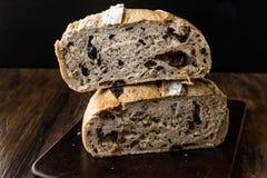 Artisanaal de Besnoeiingsbrood van de Bakkerijhelft met Okkernoot en Krenten en rozijnen stock fotografie
