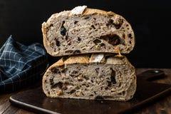 Artisanaal de Besnoeiingsbrood van de Bakkerijhelft met Okkernoot en Krenten en rozijnen royalty-vrije stock foto