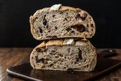 Artisanaal de Besnoeiingsbrood van de Bakkerijhelft met Okkernoot en Krenten en rozijnen royalty-vrije stock foto's