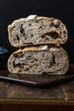 Artisanaal de Besnoeiingsbrood van de Bakkerijhelft met Okkernoot en Krenten en rozijnen royalty-vrije stock afbeelding