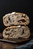 Artisanaal de Besnoeiingsbrood van de Bakkerijhelft met Okkernoot en Krenten en rozijnen stock foto's