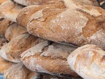 ARTISANAAL DIE BROOD IN EEN HOUTEN OVEN WORDT GEMAAKT stock afbeelding
