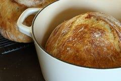 Artisanaal geen-kneed brood stock foto