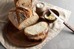 Artisanaal gesneden toostbrood met boter en suiker op houten scherpe raad royalty-vrije stock fotografie