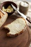 Artisanaal gesneden toostbrood met boter en suiker op houten scherpe raad Eenvoudig ontbijt op grijze concrete achtergrond royalty-vrije stock afbeelding