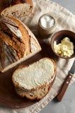 Artisanaal gesneden toostbrood met boter en suiker op houten scherpe raad Eenvoudig ontbijt op grijze concrete achtergrond royalty-vrije stock afbeeldingen