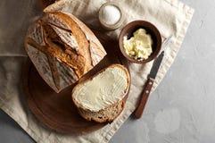 Artisanaal gesneden toostbrood met boter en suiker op houten scherpe raad Eenvoudig ontbijt op grijze concrete achtergrond stock foto's