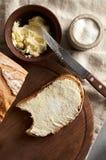 Artisanaal gesneden toostbrood met boter en suiker op houten scherpe raad Eenvoudig ontbijt op grijze concrete achtergrond royalty-vrije stock fotografie