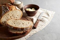 Artisanaal gesneden toostbrood met boter en suiker op houten scherpe raad Eenvoudig ontbijt op grijze concrete achtergrond stock afbeeldingen