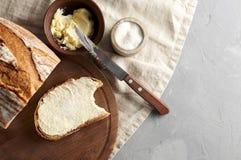 Artisanaal gesneden toostbrood met boter en suiker op houten scherpe raad Eenvoudig ontbijt op grijze concrete achtergrond royalty-vrije stock foto