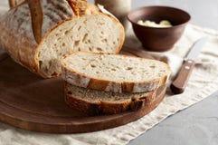 Artisanaal gesneden toostbrood met boter en suiker op houten scherpe raad Eenvoudig ontbijt op grijze concrete achtergrond stock foto