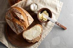 Artisanaal gesneden toostbrood met boter en suiker op houten scherpe raad Eenvoudig ontbijt op grijze concrete achtergrond stock afbeelding